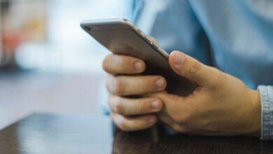 रात में देर तक मोबाइल फोन देखने वालों, स्मार्ट फोन की नीली रोशनी आपकी आंखों की रोशनी तो नहीं छीन रही हैं?